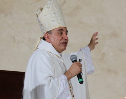 Arzobispo sale del país por compromisos episcopales