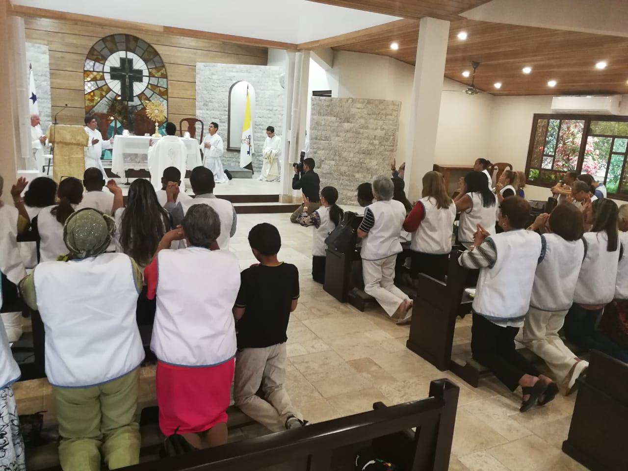 Consagración y entrega de chalecos a voluntarios  de la Capellanía dedicada al servicio hospitalario