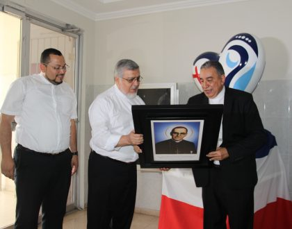 """Arquidiócesis de El Salvador entrega cuadro de Reliquia de 1º grado """"ex ossibus"""" a la Iglesia Panameña"""