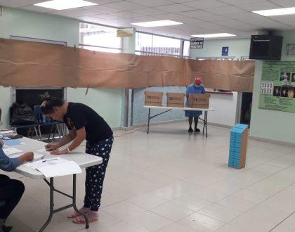 Pacientes y funcionarios en hospitales ejercen su derecho al voto