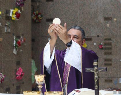 Arzobispo Ulloa invita a orar por los fieles difuntos en el mes de noviembre