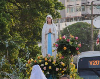 Fieles devotos de Nuestra Señora de Lourdes, celebraron con Eucaristía, procesión y serenatas