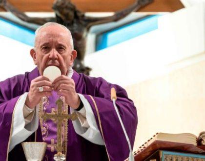 El Papa: Exhorta a los sacerdotes llevar la eucaristía a los enfermos,  por Coronavirus
