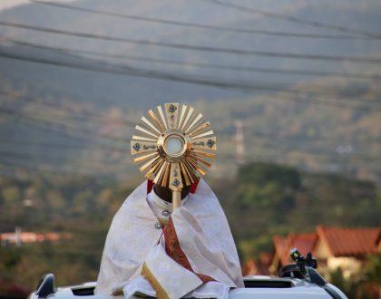 Cristo Eucaristía salió al encuentro de sus feligreses, en Cuarentena