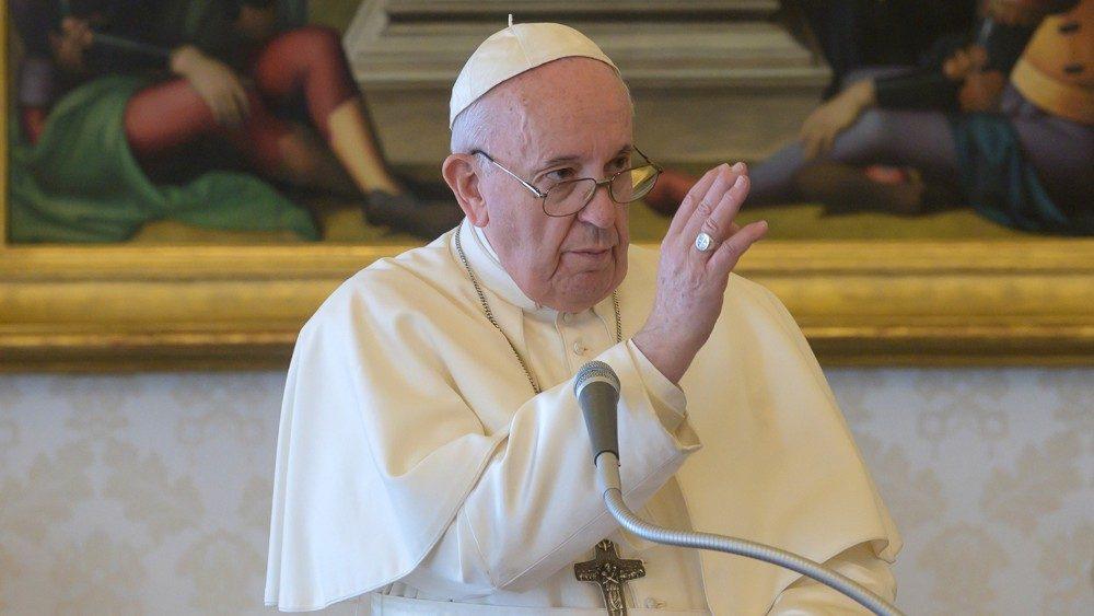"""""""Jesús es la luz que aclara nuestras tinieblas""""; Ángelus del Papa"""