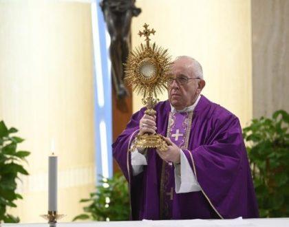 El Papa ora en Santa Marta por los que murieron por COVID-19