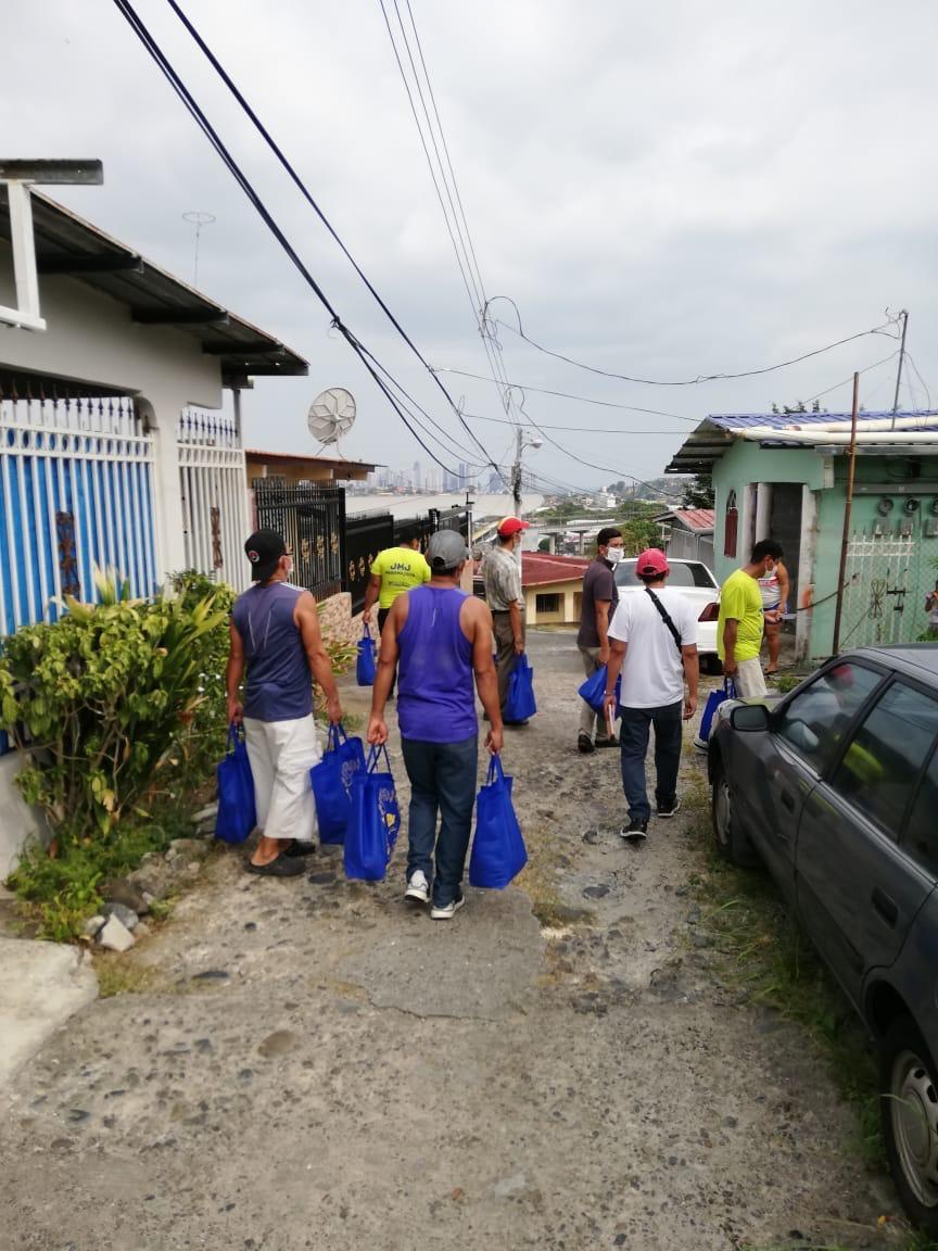 Sacerdote y feligreses de la parroquia  San Marcos Evangelistas, entregan bolsas de comida a familias sin ninguna entrada económica