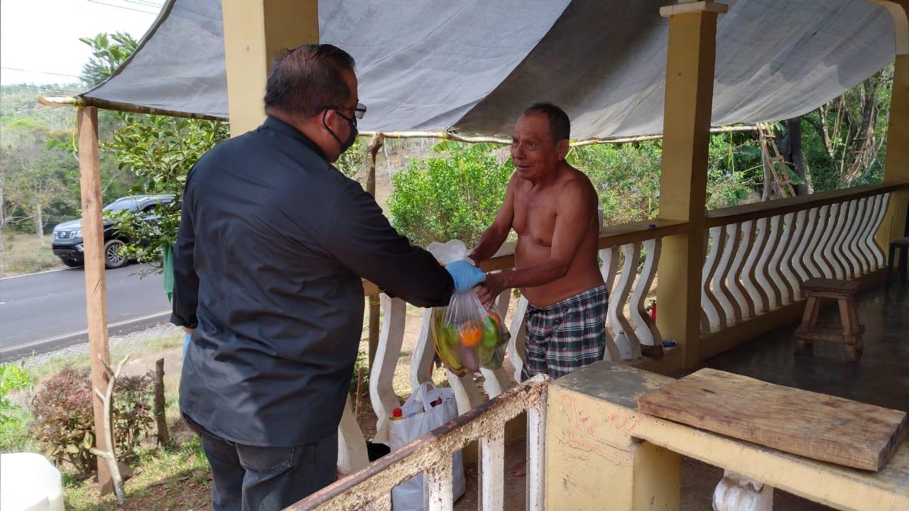 Sacerdote y jóvenes de la parroquia San Francisco de Paula, entregan 70 bolsas de comida a familias humildes
