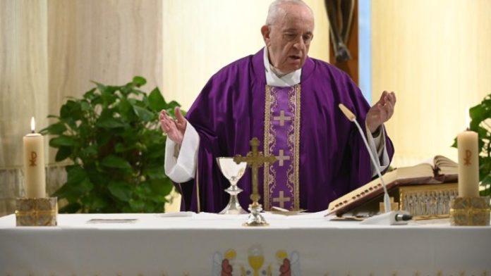 Francisco reza por aquellos sin techo, que sufren escondidos en este tiempo de dolor