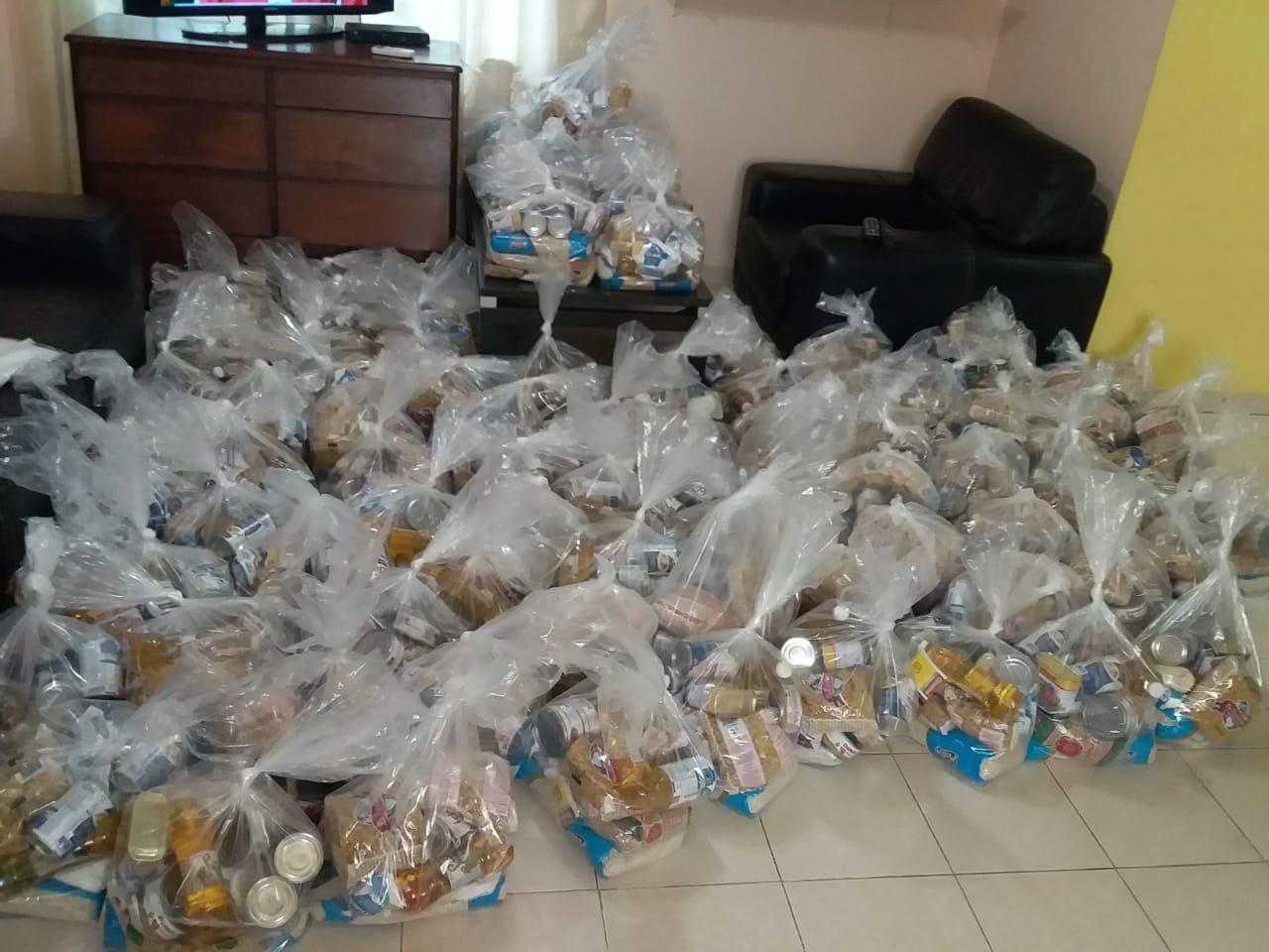 El párroco y feligreses del proyecto esperanza, de la parroquia la Ascensión del Señor, Mañanitas entregaron 363 bolas de comida a familias necesitadas