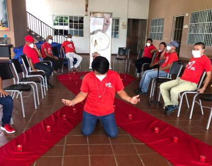 Residentes de Casa Hogar El Buen Samaritano encienden una vela por los fallecidos por el SIDA en el mundo