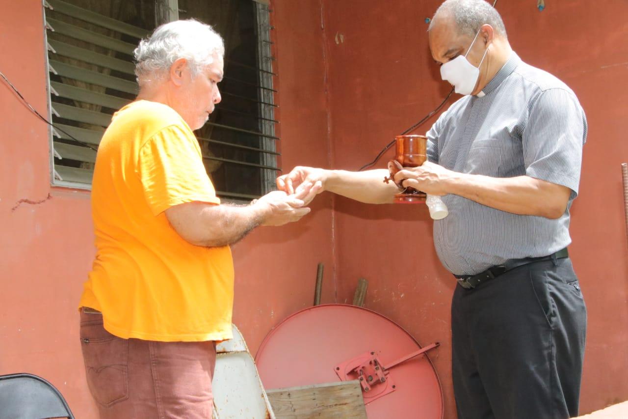 Diácono lleva la Comunión a las residencias  de las comunidades de la Parroquia de San José, Paraíso