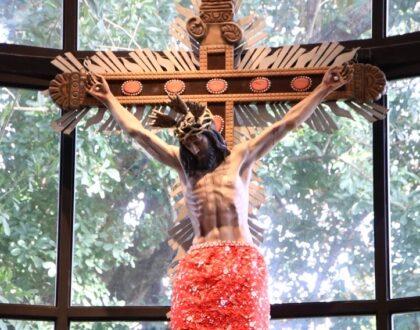 """""""Ahí en lo alto del madero, Jesúsasume nuestros pecados"""", Mons. Ulloa"""
