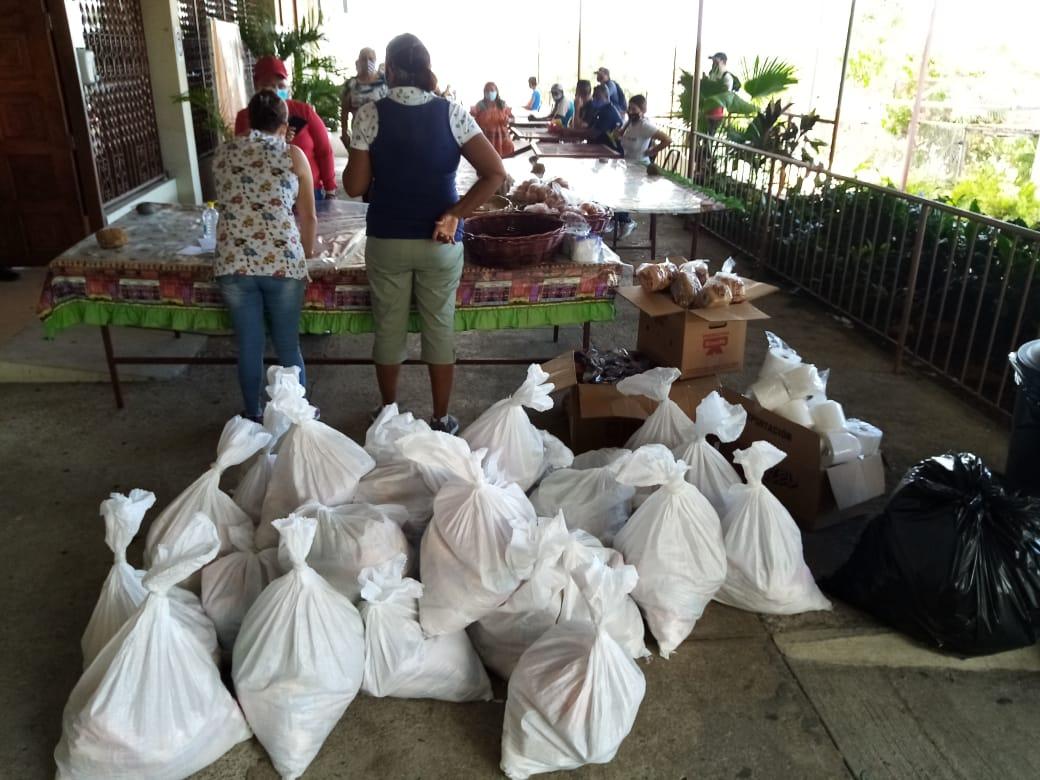 La parroquia La Natividad de María distribuye  más de 60 bolsas de alimentos