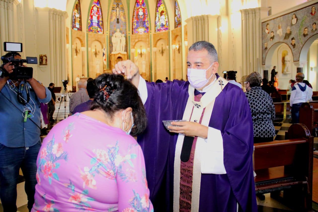 """Arzobispo Ulloa: """"La Ceniza simboliza reconocernos pecadores y frágiles como hombres"""""""