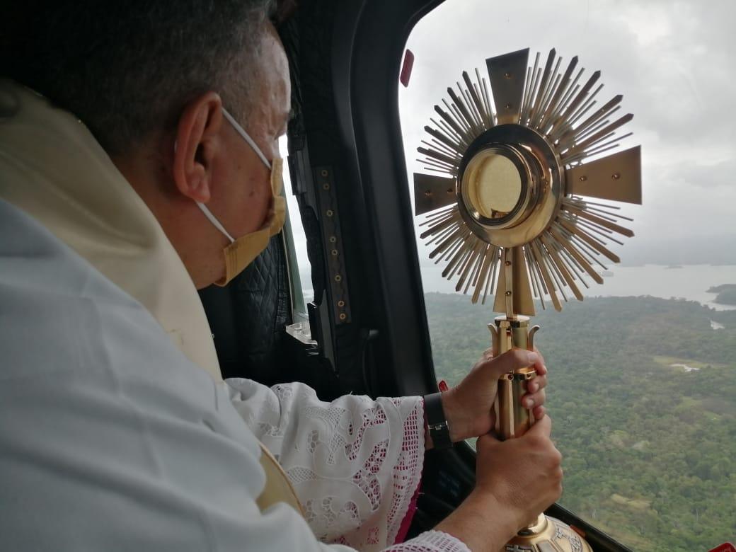 Bendición desde el aire con el Santísimo Sacramento, llegó como bálsamo a los panameños